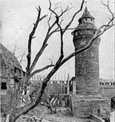 Blick auf den Sinwellturm und auf das zerstörte Brunnenhaus des Tiefen Brunnen am Ende des II. Weltkriegs.
