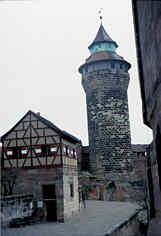Der um 1280 erbaute Sinwellturm und das 1563 über dem Tiefen Brunnen errichtete Brunnenhaus auf der Kaiserburg zu Nürnberg.