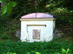 Die Brunnenarchitektur des seit ca. 1893 zur Wasserversorgung von Pottenstein genutzten Aschenbrunnen im Oberen Püttlachtal 1430 m E' Pottenstein.