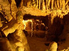 Tropfsteinbildungen und Höhlensee; König-Otto-Höhle bei St. Coloman NE´ Velburg/Opf.