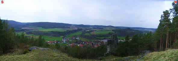 """Blick vom """"Kreuzstein"""" westlich der """"Schwedenschanze"""" auf das Leinleitertal und die Ortschaft Oberleinleiter/Ofr."""
