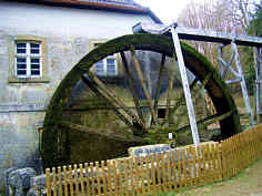Das im Jahre 1916 gebaute, handgeschmiedete Eisenmühlrad der Heroldsmühle nördlich Heiligenstadt/Ofr.