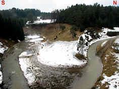 Das nach der Schneeschmelze von einem temporären Fluss erfüllte Trockental der Leinleiter 900 m NNE´ der Heroldsmühle.