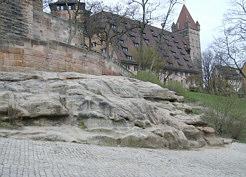 """Der """"Fünfeckige Turm"""" der alten Burggrafenburg (links), die """"Kaiserstallung"""" (Mitte) und der """"Luginsland"""" (rechts) auf dem Burgberg zu Nürnberg. Foto: Harald Rosenberg/Erlangen."""