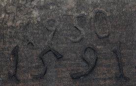 """Die in einer Teufe von rund 24 m in den W' Schachtbereich des Tiefen Brunnen eingemeißelten Jahreszahlen """"1591"""" und """"1950"""", welche vermutlich den Bau der hier anstehenden Quaderlagen sowie die mögliche Ausbesserungsarbeit nach Ende des II. Weltkrieges beziffern. Foto: Florian Huber/Kiel."""
