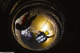 Die von mittel- bis grobkörnigen Sandsteinen  aufgebauten Liegendschichten des Coburger Sandsteins im Bereich des Grundwasserspiegels im Tiefen Brunnen auf der Kaiserburg zu Nürnberg. Foto: U. Kunz/Kiel.