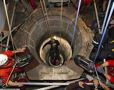 Aufsicht des sechseckigen Brunnenkranzes des Tiefen Brunnen auf der Kaiserburg und der darunter anstehenden Schichten des Mittleren Burgsandsteins. Foto: U. Kunz/Kiel.