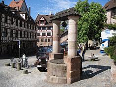 Der 1971 wieder aufgebaute mittelalterliche Ziehbrunnen am Tiergärtnertor in der NW' Altstadt von Nürnberg. Foto: Florian Elstner/Erlangen.
