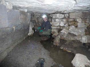 """Blick vom Mühlstollen in die Ponorhöhle """"D 84"""" am N-Hang des Wasserberges in Pegnitz/Ofr. Foto: Kleiner Historischer Kreis Pegnitz."""