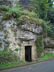 """Eingang zum """"Harzenkeller"""" (C 219) in tafelbankigen Dolomiten des Malm Delta."""