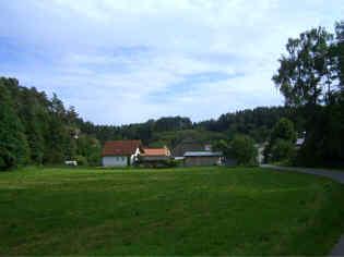 N' Ortseingang von Schirradorf im Trockental des Schwalbachs