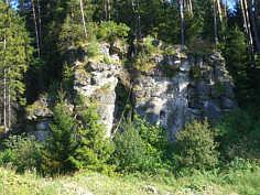 Felsturm aus massigen Dolomiten des Malm Delta im Trockental S' der BAB 70.