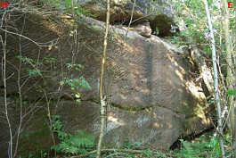 alte Steinbruchwand am Schmausenbuck mit den typischen, durch die Schrämarbeit entstandenen Abbauspuren.