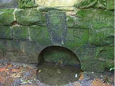 Detailansicht des Quellaustritts der Buchenklinge am Nordhang des Schmausenbucks mit den Jahreszahlen der im 16. Jahrhundert getätigten Restaurierungsmaßnahmen.