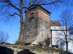 """Der aus Quarzitsandsteinen errichtete """"Fünfeckige Turm"""" der alten Kaiserburg zu Nürnberg"""