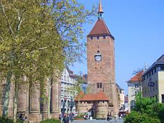 """Der """"Weiße Turm"""" der """"vorletzten Stadtbefestigung"""" von Nürnberg."""