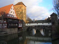 """Weinstadel und Henkersteg als Relikte der """"vorletzten Stadtbefestigung"""" in der Altstadt von Nürnberg."""