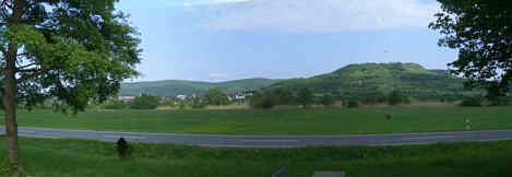 Blick vom Wiesenttal auf die Ehrenbürg und den Albtrauf des Karstgebirges von Seidmar.
