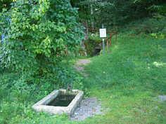 Gesamtansicht des Trainmeuseler Brunnen auf der Karsthochfläche S' Streitberg.