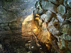 Quellkammer des Trainmeuseler Brunnen auf der Karsthochfläche S' Streitberg.